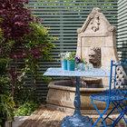 Кованый столик в саду у фонтана. (эклектика,смешение стилей,мебель,интерьер,дизайн интерьера,архитектура,дизайн,экстерьер,викторианский,индустриальный,лофт,винтаж,стиль лофт,индустриальный стиль,традиционный,на открытом воздухе,патио,балкон,терраса)