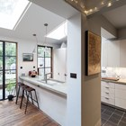 Кухня отделена от столовой одной из кухонных столешниц, которая, одновременно, служит барной стойкой.
