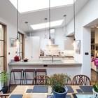 Над кухней также установлено мансардное окно, поэтому готовить светло и комфортно.