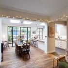 По всему дому сохранен деревянный пол, который делает интерьер теплее и уютнее.