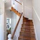 Старая лестница ведущая на второй этаж к спальням начинается почти прямо от входа в дом..