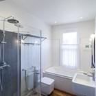 Ванна укомплектована современной сантехникой, однако сохранила некоторые черты традиционного интерьера.