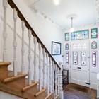 Входная дверь украшена разноцветными витражными стеклами, что характерно для викторианского дома.
