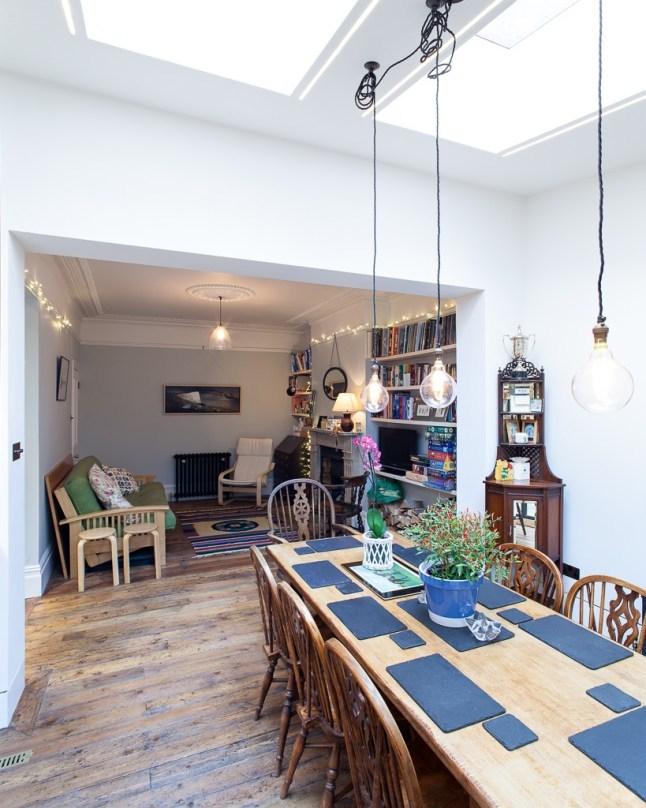 Между гостиной и столовой стена была демонтирована и оставлен широкий проем, объединивший оба помещения.