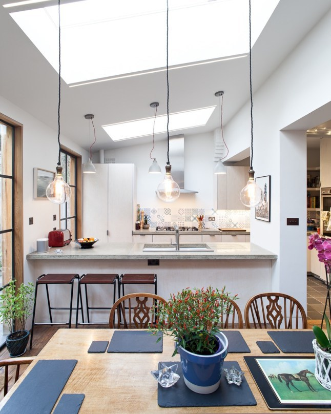 Над кухней также установлено мансардное окно, поэтому готовить светло и комфортно