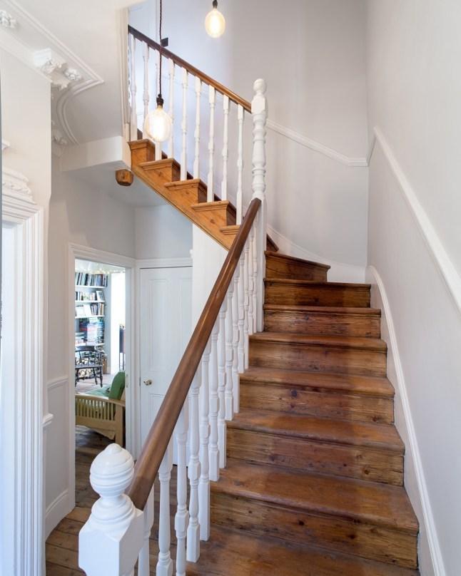 Старая лестница ведущая на второй этаж к спальням начинается почти прямо от входа в дом