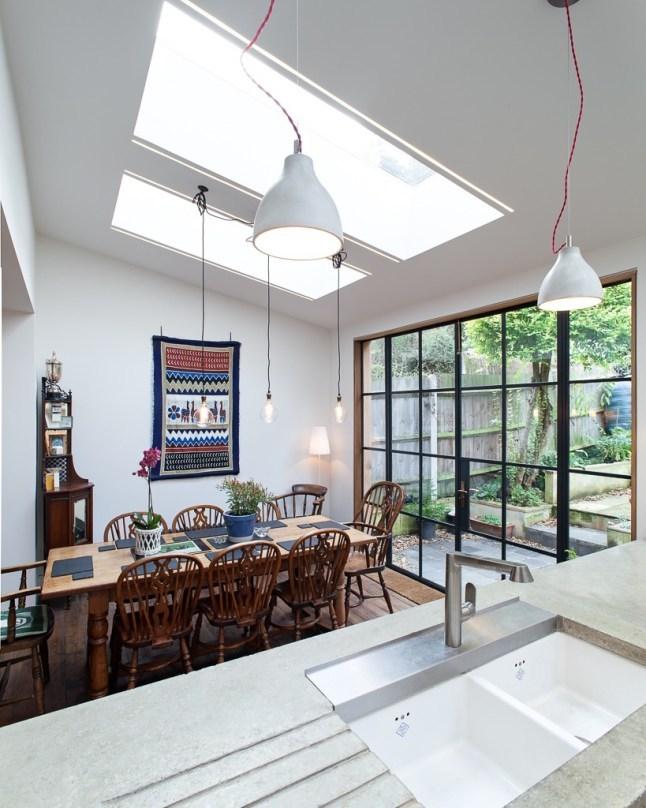 Столовая светлая во многом благодаря мансардным окнам в крыше пристройки.