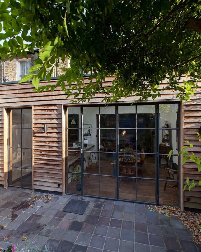 Терраса рядом со столовой и кухней. На террасу можно попасть как через остекленные двери из столовой, так и из кухни.