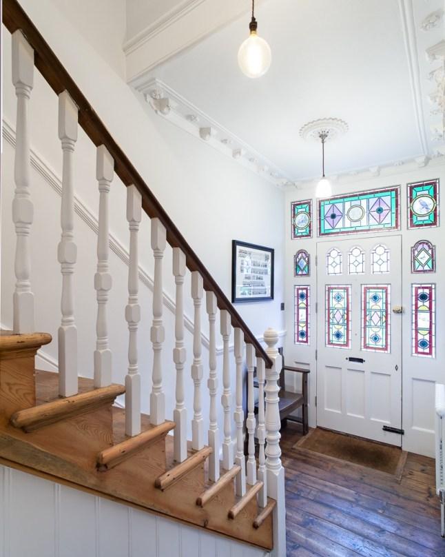 Входная дверь украшена разноцветными витражными стеклами, что характерно для викторианского дома