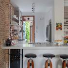 Бетонная кухонная столешница выполнена из того же материала что и покрытие пола.