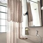 Простой и аккуратный интерьер ванной комнаты. Окно отлично вписывается в интерьер стиля лофт.