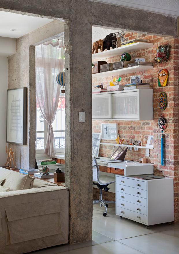 Домашний офис объединен с гостиной, в то же время, визуально выделен в отдельный объем.