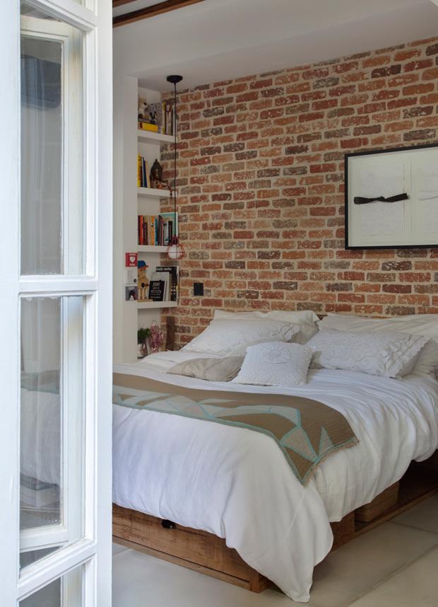Остекленные двери в спальню призваны пропускать свет в помещение. Под кроватью довольно вместительная система хранения.