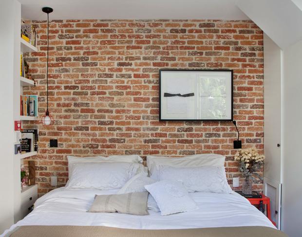 Спальня минимального размера. Кирпичная стена за изголовьем кровати часто встречается в интерьерах стиля лофт.