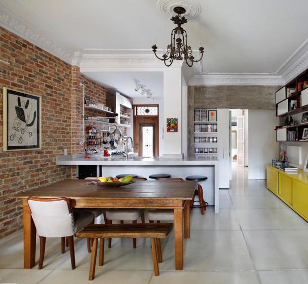 В интерьере гостиной хорошо просматривается сохраненная дизайнерами связь квартиры с прошлым - лепнина и соответствующая ей люстра.