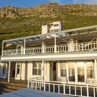 Фасад дома на фоне гор. (пляжный,архитектура,дизайн,экстерьер,интерьер,дизайн интерьера,мебель,на открытом воздухе,патио,балкон,терраса,фасад)
