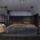Рядом с кроватью на втором уровне лофта расположен гардероб, который можно закрыть ширмой.