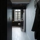 Узкая прихожая. Слева плательный шкаф, справа крючки для одежды. (современный,интерьер,дизайн интерьера,мебель,архитектура,дизайн,экстерьер,квартиры,апартаменты,вход,прихожая)