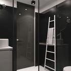 Ванна выполнена в стиле минимализм и тех же черно-белых цветках, что и вся квартира.