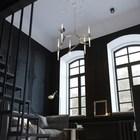 Высокие потолки позволяют использовать объемные люстры.