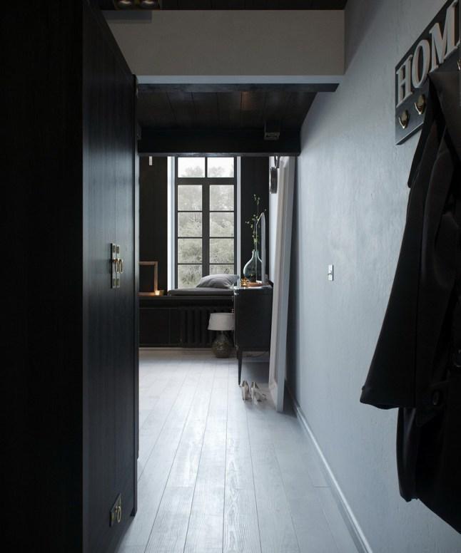 Узкая прихожая. Слева плательный шкаф, справа крючки для одежды.