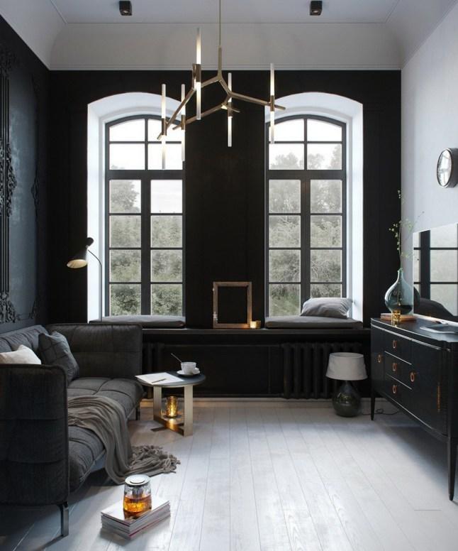 Высокие окна создают ощущение большого пространства в небольшой гостиной квартиры.