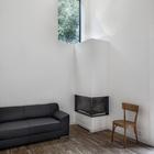 Камин является основным источником тепла для всего дома. (архитектура,дизайн,экстерьер,интерьер,дизайн интерьера,мебель,маленький дом,минимализм,современный,гостиная,дизайн гостиной,интерьер гостиной,мебель для гостиной)