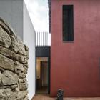 Остекленная дверь в ванну позволяет выйти прямо на террасу. (архитектура,дизайн,экстерьер,интерьер,дизайн интерьера,мебель,маленький дом,минимализм,современный,на открытом воздухе,патио,балкон,терраса,фасад)