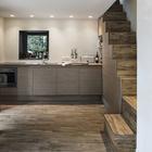 Современная кухня. Окно напротив кухонной раковины делает процесс мытья посуды не таким скучным. (архитектура,дизайн,экстерьер,интерьер,дизайн интерьера,мебель,маленький дом,минимализм,современный,кухня,дизайн кухни,интерьер кухни,кухонная мебель,мебель для кухни,лестница)