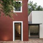 Старая и новая части дома окрашены в разные цвета. (архитектура,дизайн,экстерьер,интерьер,дизайн интерьера,мебель,маленький дом,минимализм,современный,на открытом воздухе,патио,балкон,терраса,фасад)