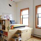 Кровать-подиум который включает в себя и систему хранения под кроватью и книжные полки отгораживающие спальное место от остальной части комнаты. (спальня,дизайн спальни,интерьер спальни,мебель,интерьер,дизайн интерьера,хранение,гардероб,шкаф,комод)