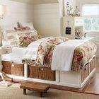 Кровать с отсеками для корзинок под ней в средиземноморском стиле.