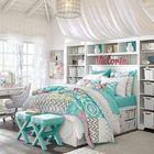 Очень женственная спальня с большой системой хранения под кроватью.