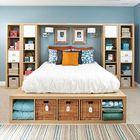 Полки под кроватью, на некоторых полках использованы корзинки для удобства хранения.