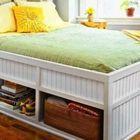 Высокая кровать с глубокими полками под ней.