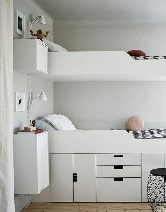Двухъярусная кровать с системой хранения под нижней кроватью.