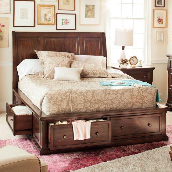 Элегантная классическая кровать с удобными выдвижными ящиками.