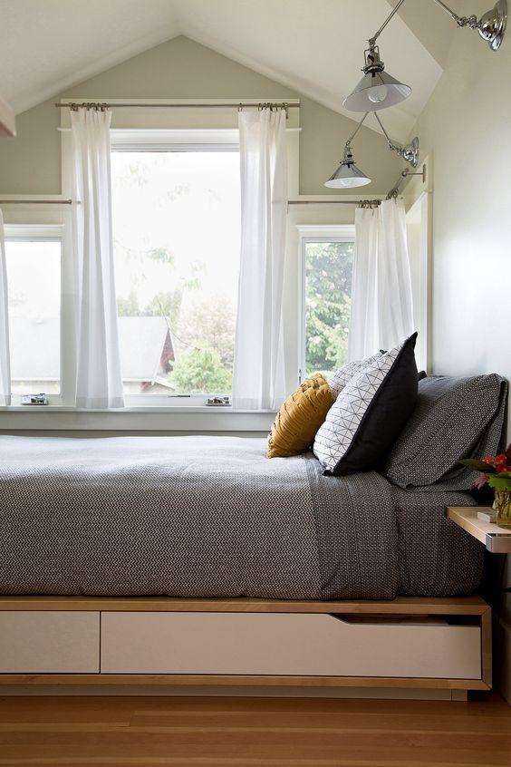 Элегантная кровать с выдвижными ящиками под ней.