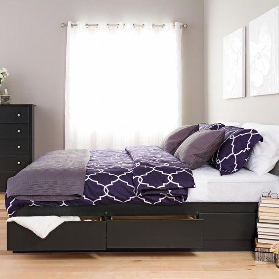 Элегантная темно-коричневая кровать с выдвижными ящиками.