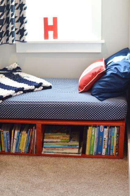 Книжные полки под кроватью.