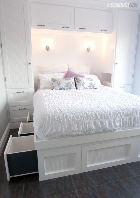 Кровать с выдвижными ящиками под кроватью и шкафами у изголовья.