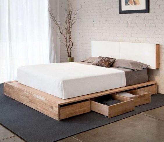 Минималистичная кровать с двигающимися по полу ящиками.
