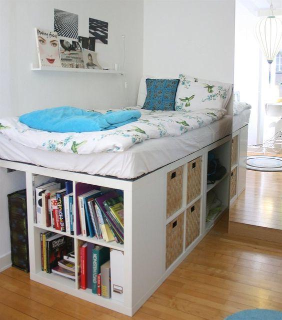 Очень высокая кровать с полками и корзинами, забраться на которую можно только по полкам.