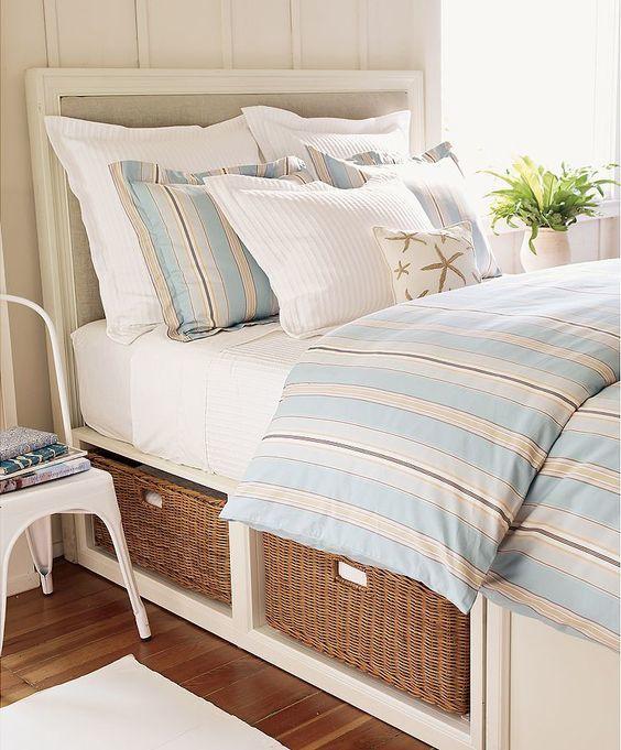 Традиционного вида кровать с корзинками.