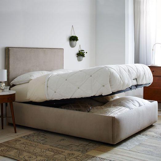В кровати с поднимаемым матрасом вмещается очень много вещей.