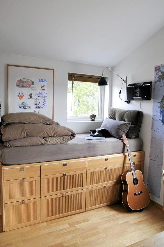Высокая кровать с несколькими этажами выдвижных ящиков.