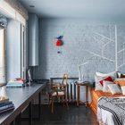 Бетонный подоконник расширен и служит широкой столешницей. (эклектика,смешение стилей,интерьер,дизайн интерьера,мебель,квартиры,апартаменты,спальня,дизайн спальни,интерьер спальни,домашний офис,офис,мастерская)