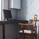 Домашний офис на подоконнике со старым, но весьма стильным креслом. (эклектика,смешение стилей,интерьер,дизайн интерьера,мебель,квартиры,апартаменты,домашний офис,офис,мастерская)