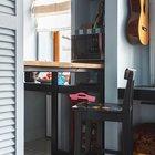 Поскольку квартира небольшая, то использован буквально каждый угол. Например полочками занят проем между стеной и кухонным окном. (эклектика,смешение стилей,интерьер,дизайн интерьера,мебель,квартиры,апартаменты,кухня,дизайн кухни,интерьер кухни,кухонная мебель,мебель для кухни)