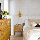 Деревянная мебель и деревянный плафон прикроватного светильника очень хорошо сочетаются. (скандинавский,средиземноморский,интерьер,дизайн интерьера,мебель,квартиры,апартаменты,спальня,дизайн спальни,интерьер спальни)
